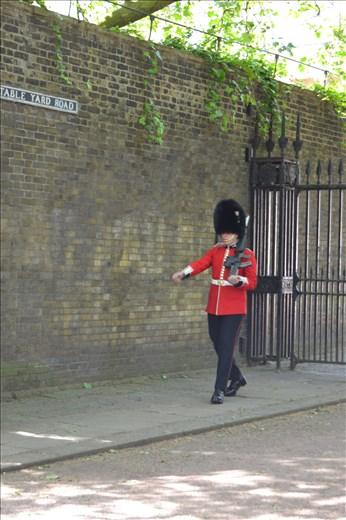 Un garde en uniforme