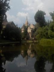 Jardin du château Vajdahunyad : reflet sur l'eau