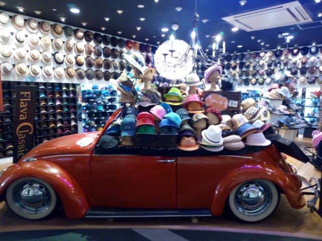 vitrine de chapeaux dans une voiture