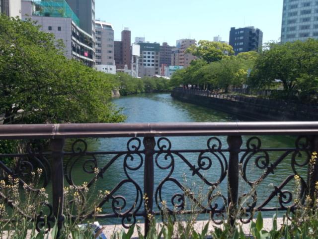 le long de la rivière