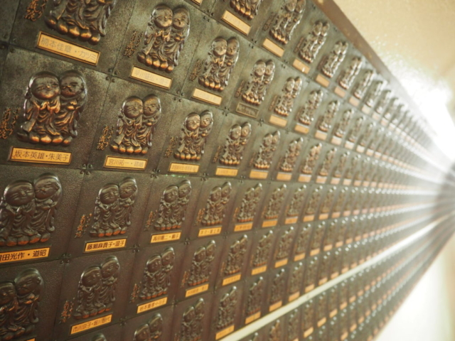 plaque de bouddha sur le mur