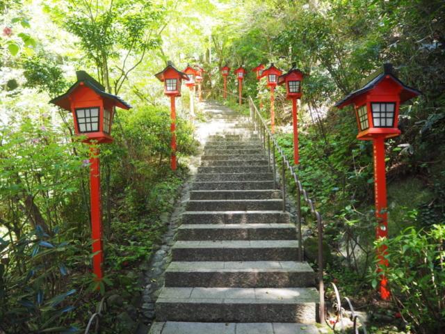 escalier avec lanternes