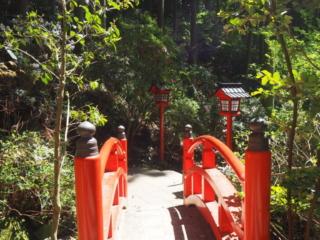 pont rouge et lanternes