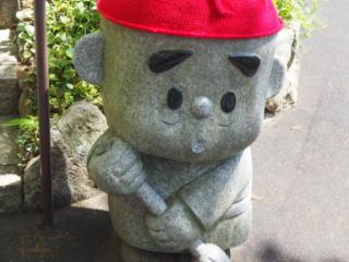 petit bonhomme de pierre au bonnet rouge