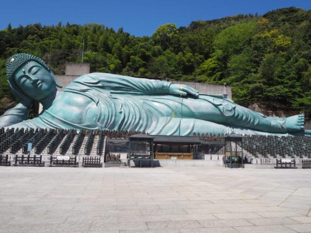 bouddha allongé en entier