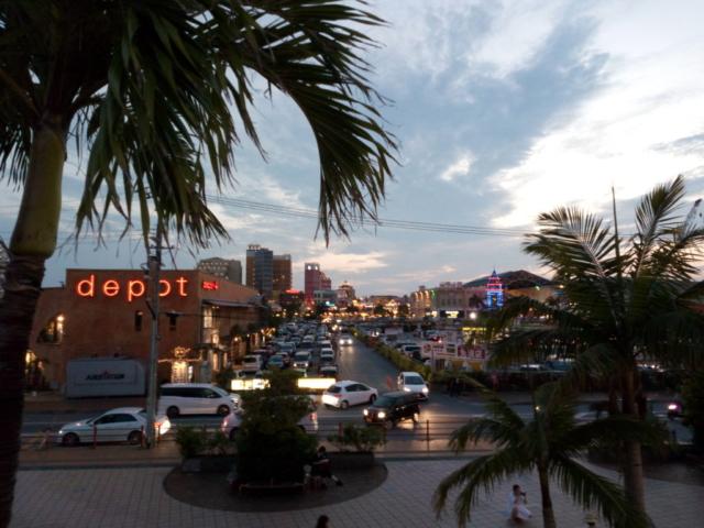 rue avec palmiers