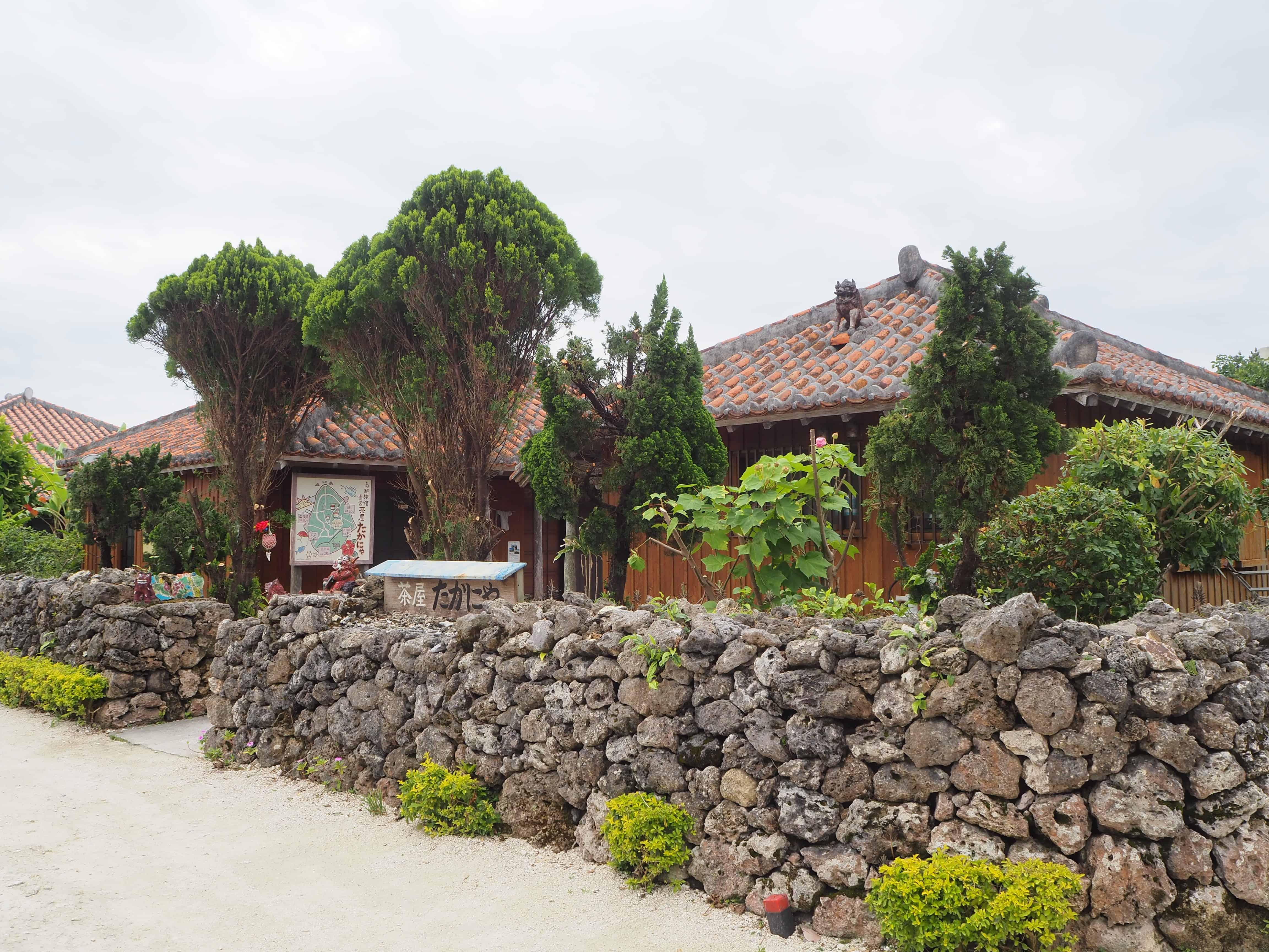 maison bordée d'un petit muré en pierre