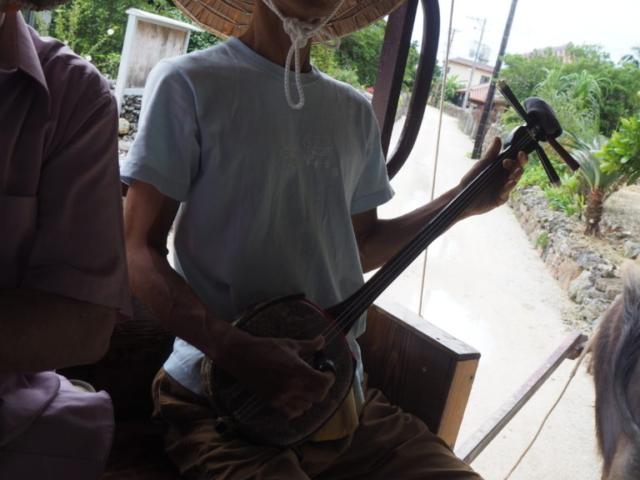 guide qui chante une chanson locale