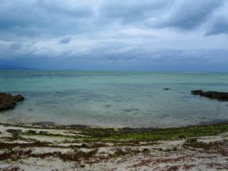 plage & vue sur l'eau bleue turquoise