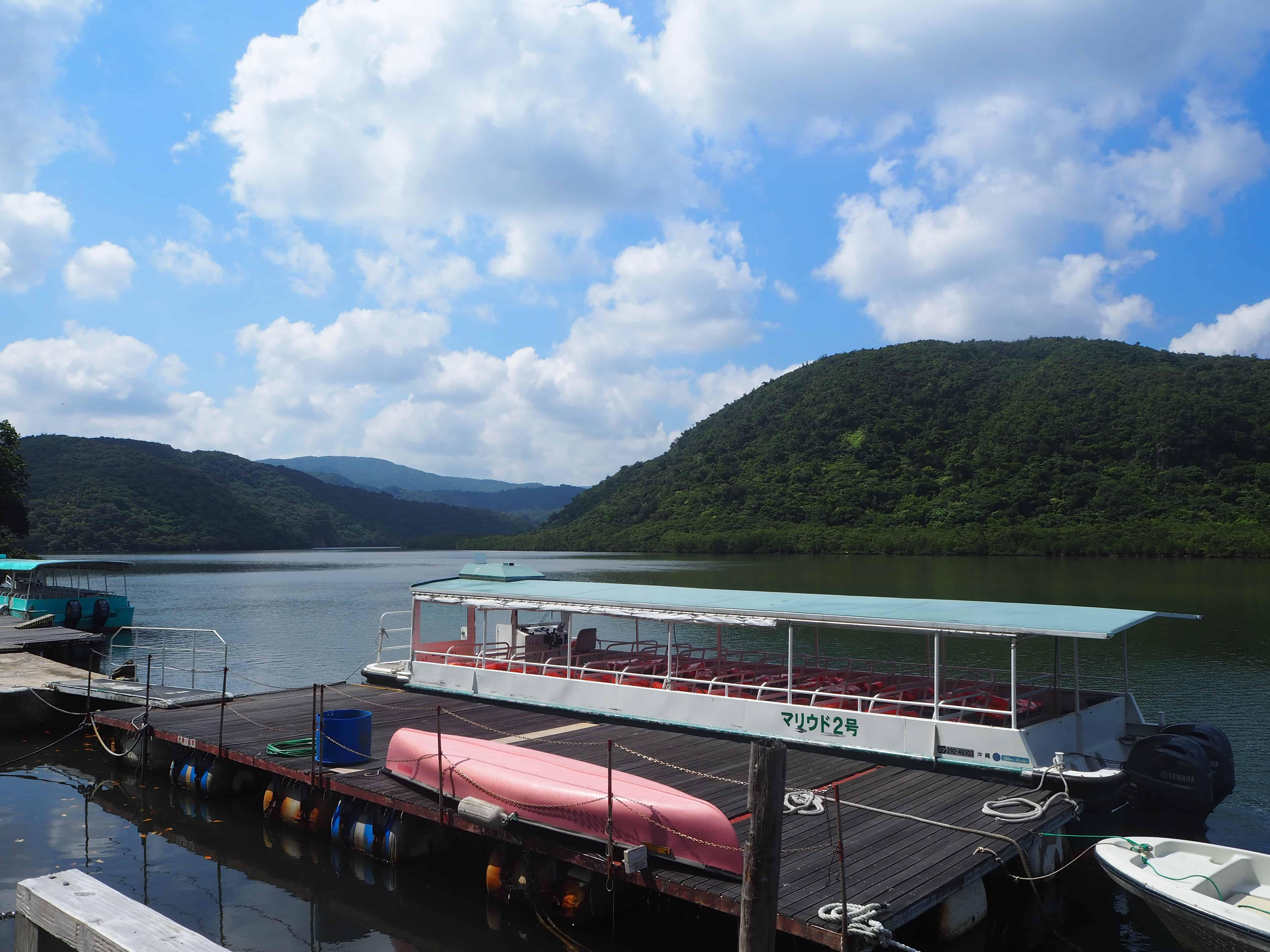 notre bateau pour longer la rivière