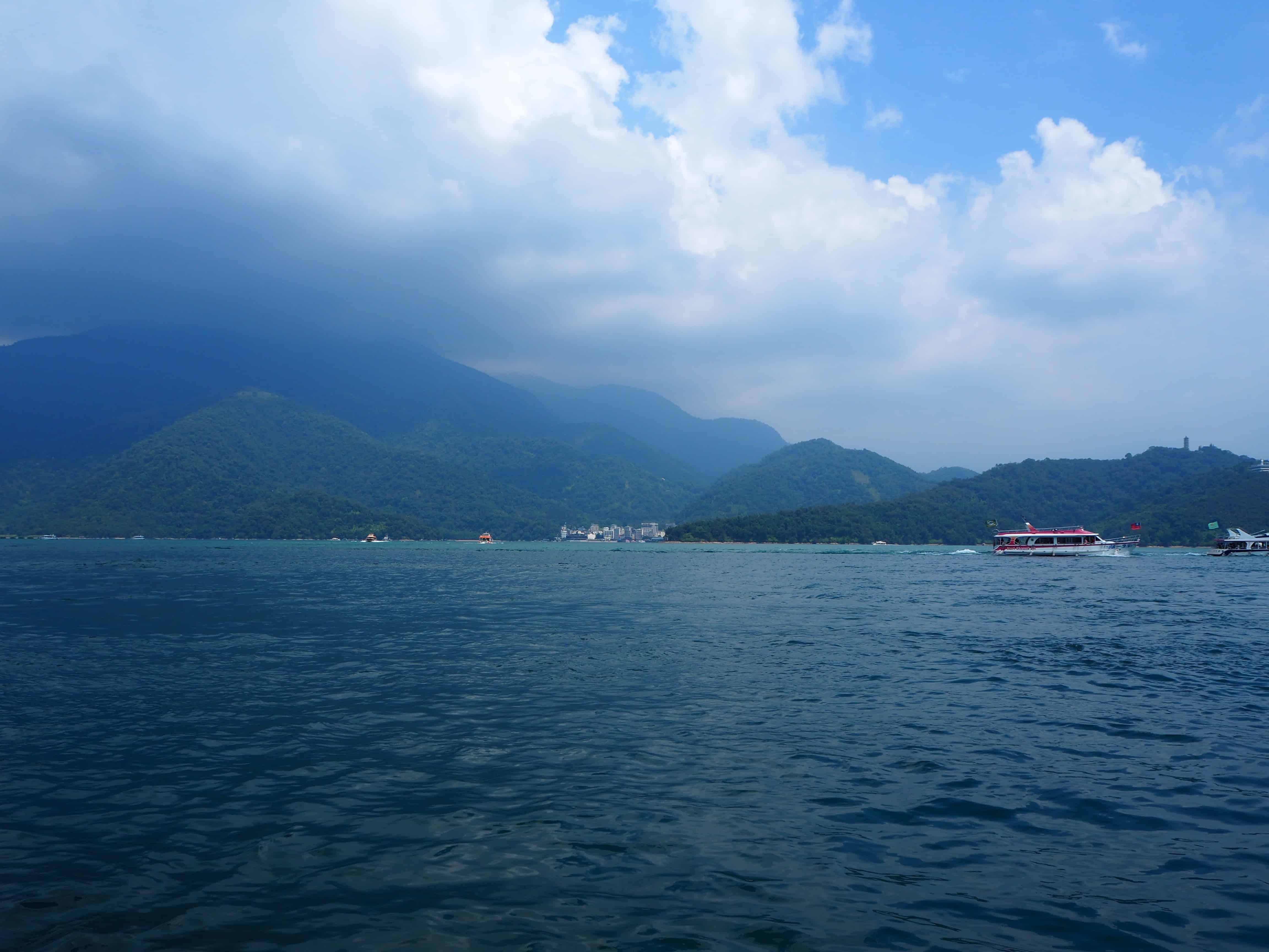 vue sur les montagnes depuis le bateau
