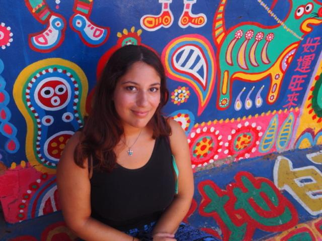 moi devant le mur coloré