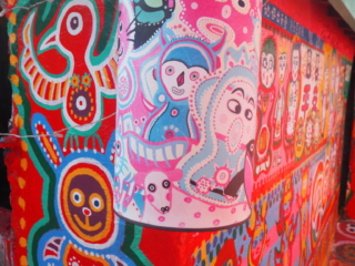 lampe et mur tout en couleur