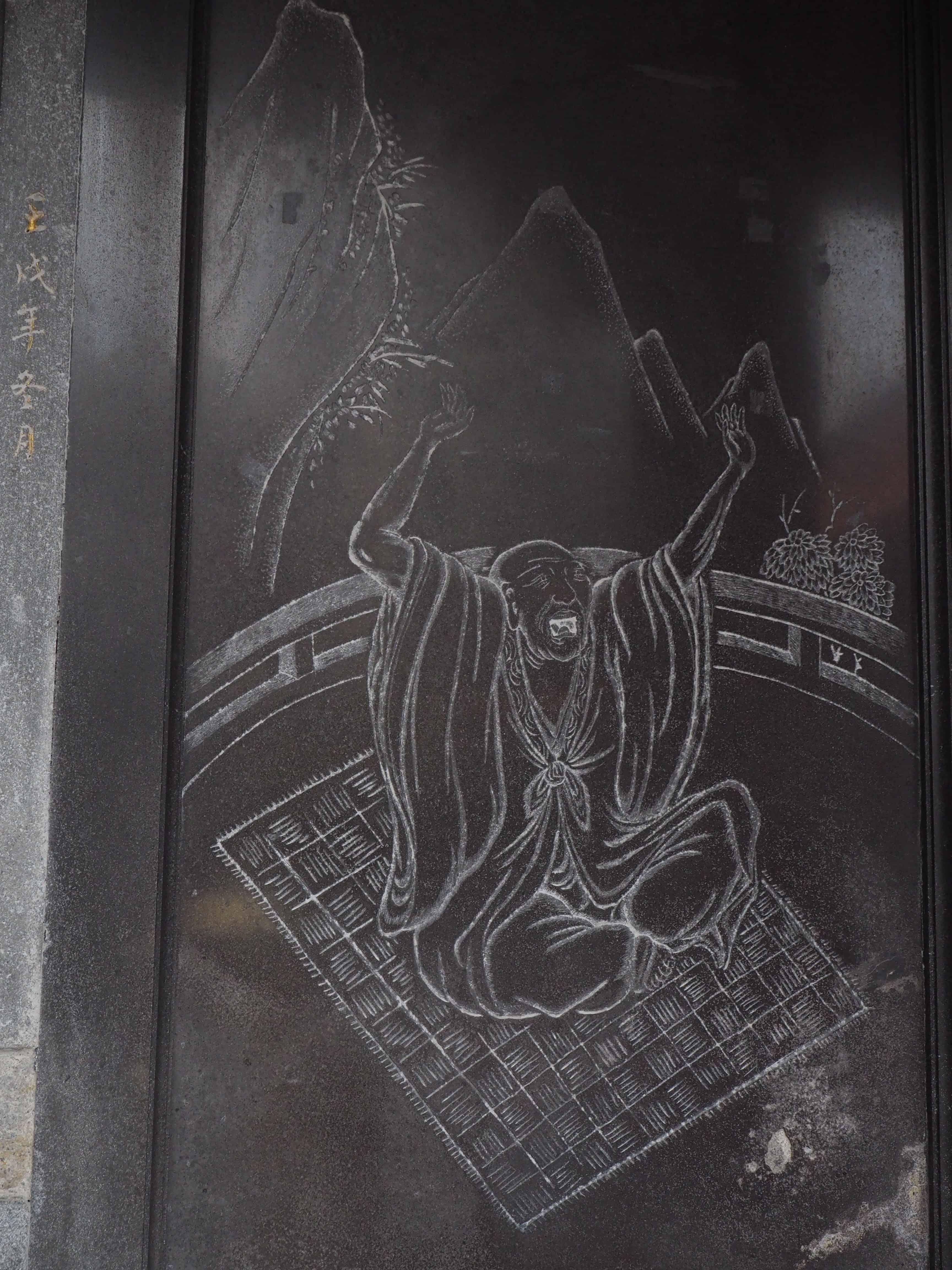 gravure d'un bouddha sur le mur