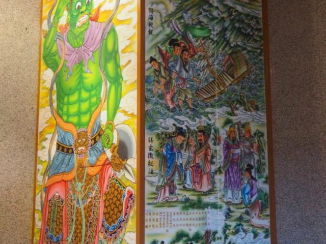colonne du temple avec des illustrations dessus