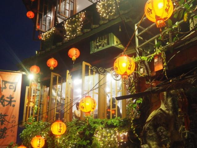 lanternes qui éclairent un resto