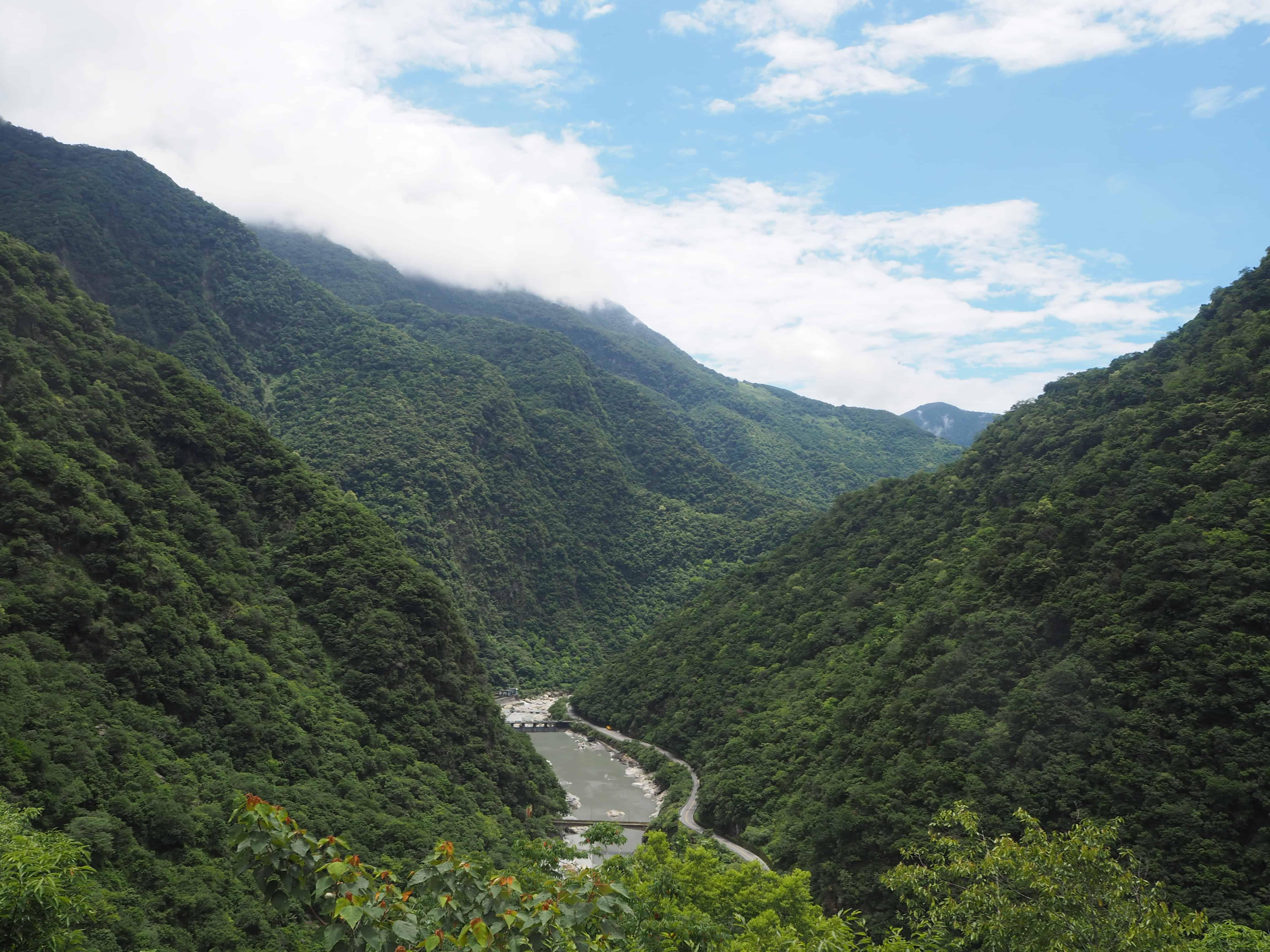 rivière entouré de montagne