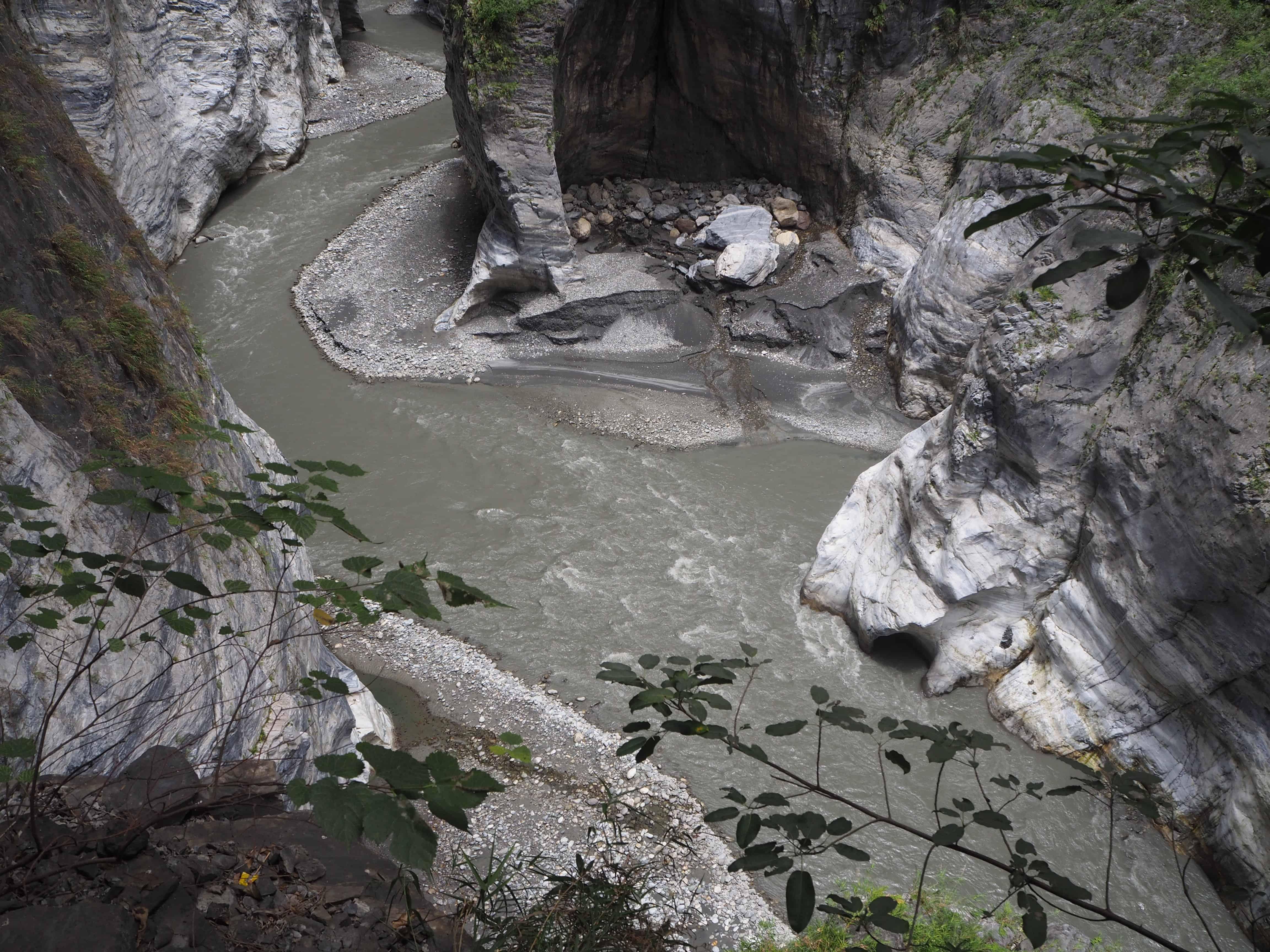 zoom sur le gris de la rivière