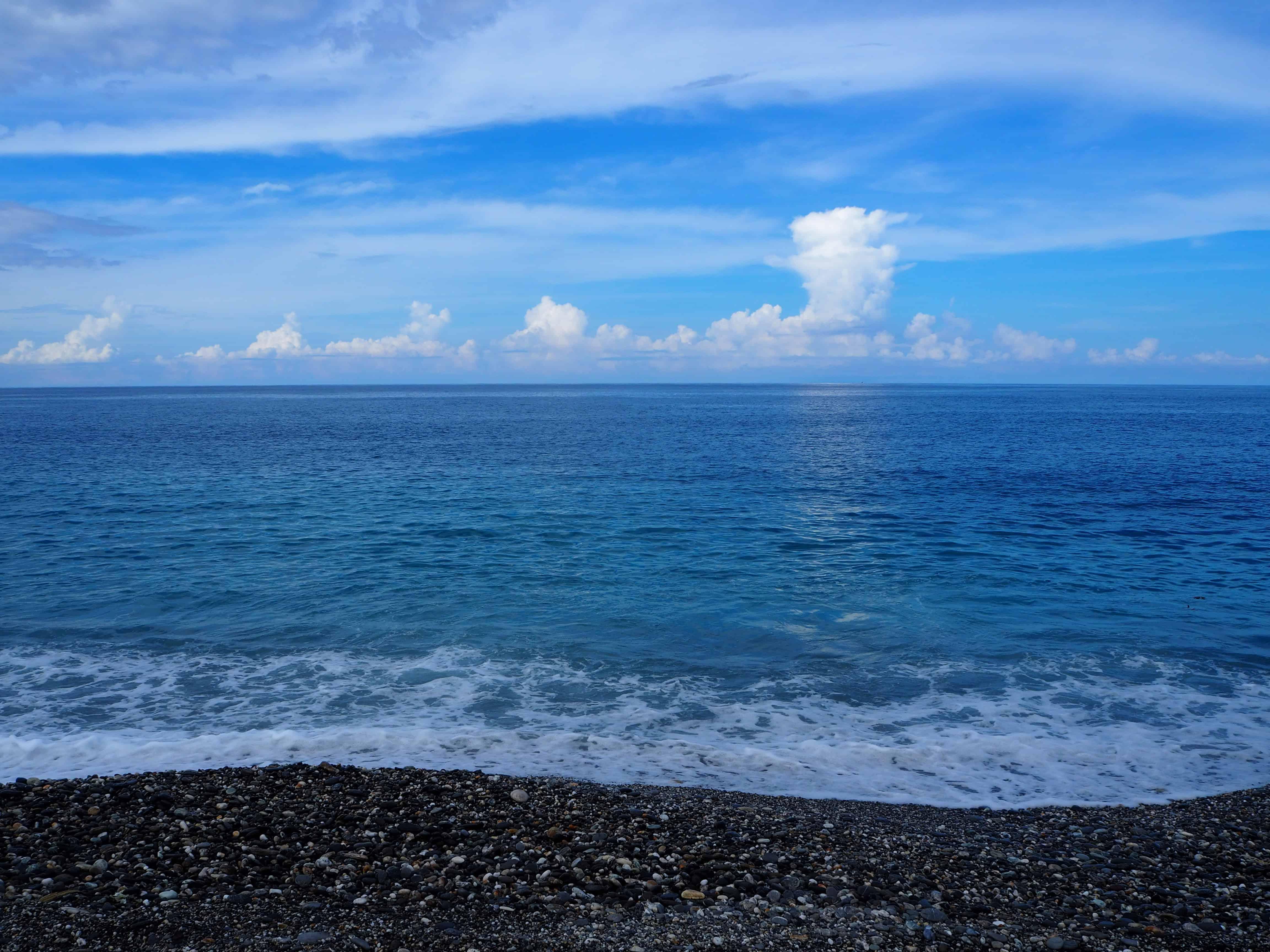 mer et galets noirs