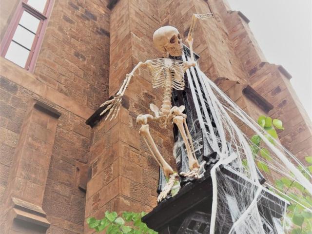 squelette sur une église