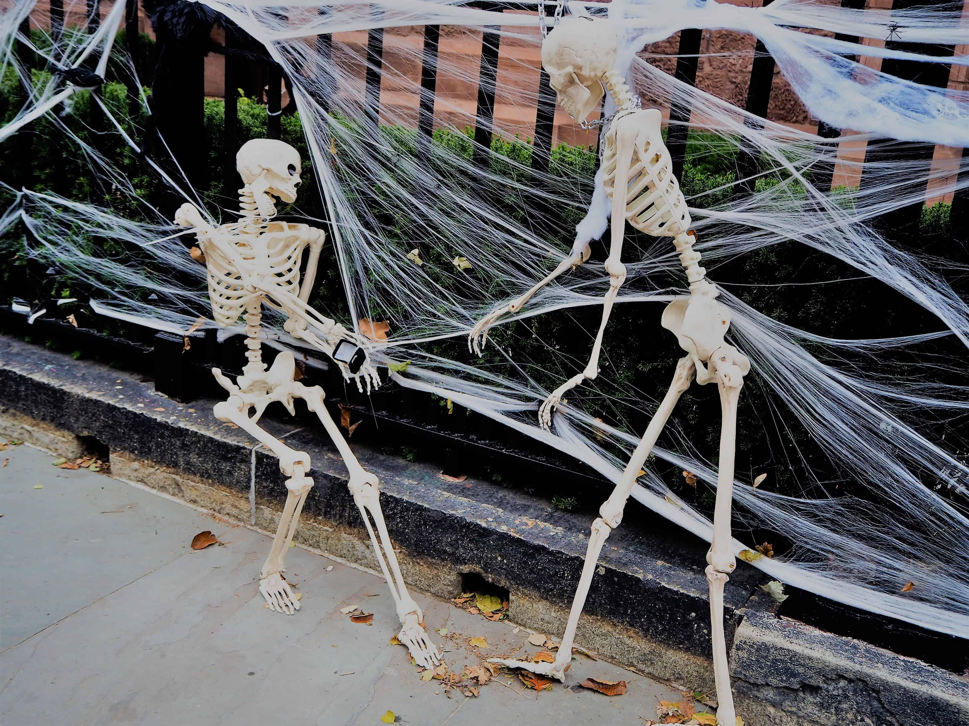 squelettes devant une église