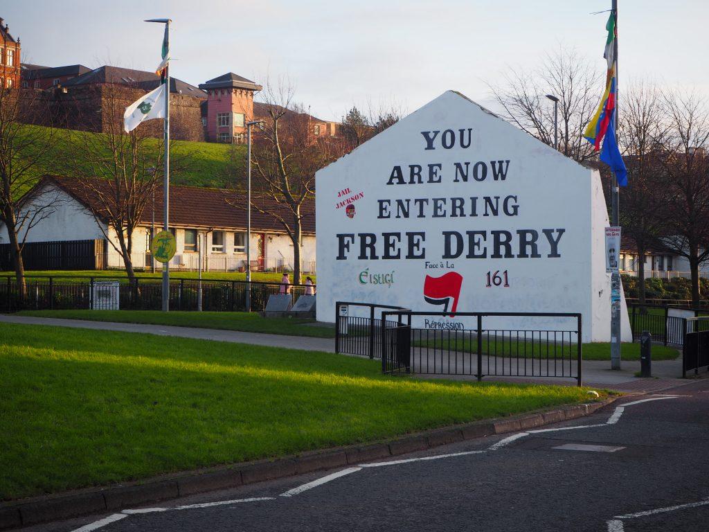 """un bout de mur ou est écrit """"Derry Libre"""""""